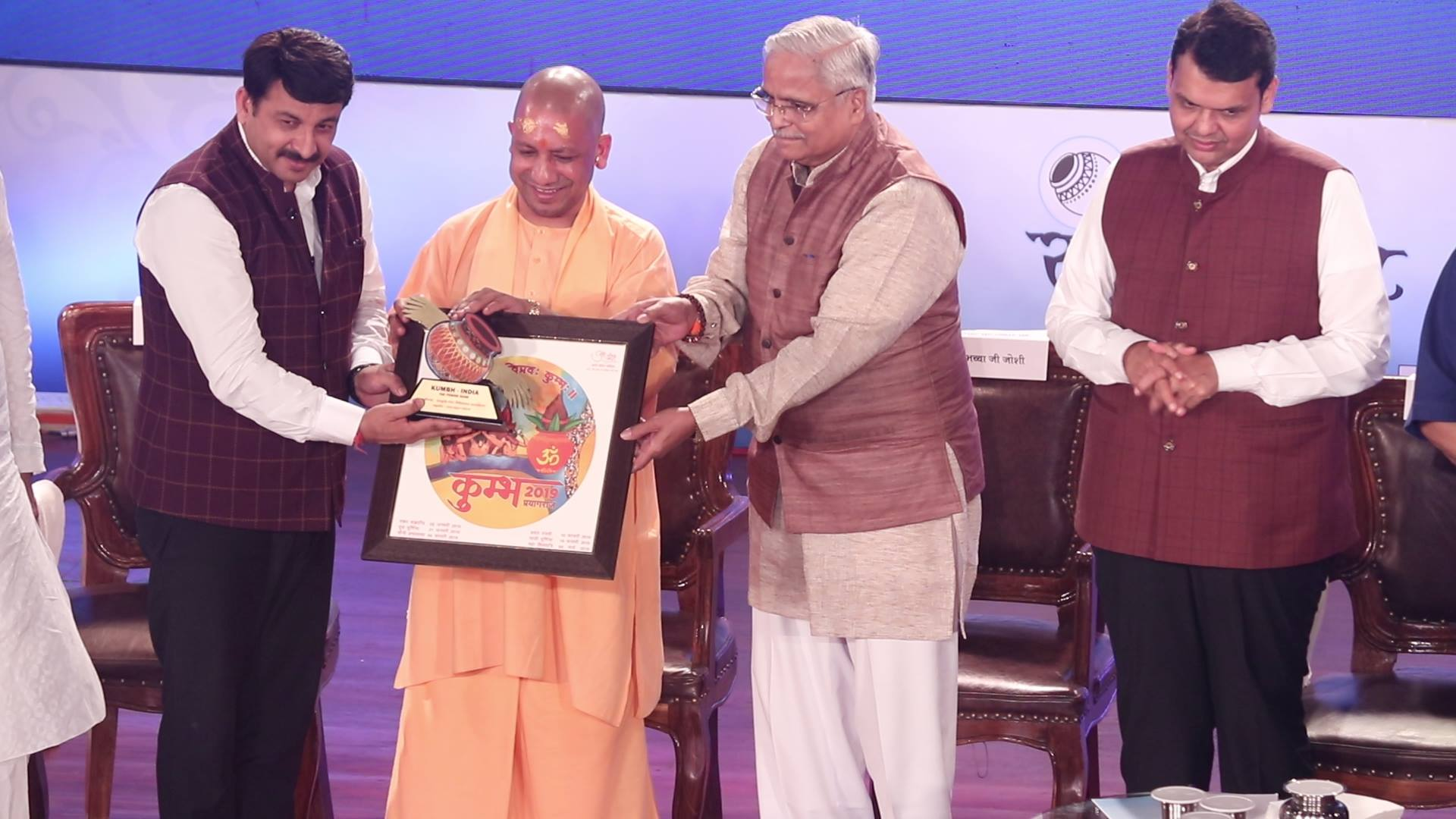 UP Yogi Adityanath honored Manoj Tiwari and Pawan Singh