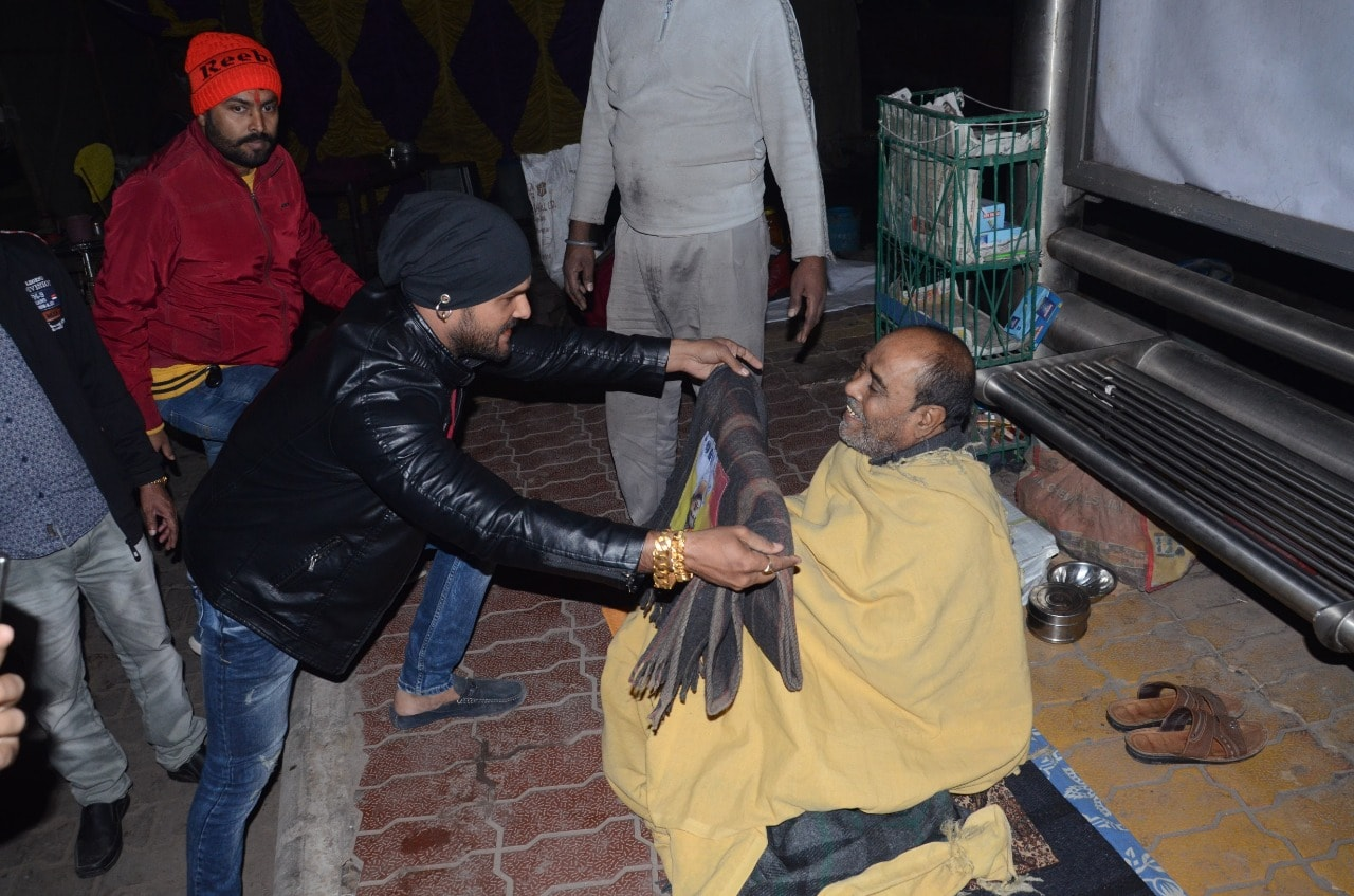 Superstar Khesarilal Yadav distributed blankets among poor